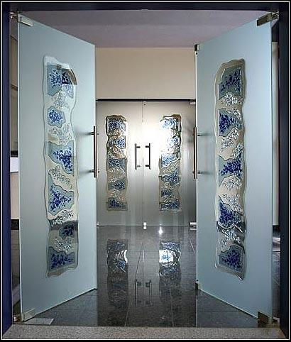 Nadine Schlieker: Ganzglastüren, gestaltet mit Sandstrahlung und Fusingglas